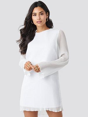 Iva Nikolina x NA-KD Pleated LS Mini Dress vit