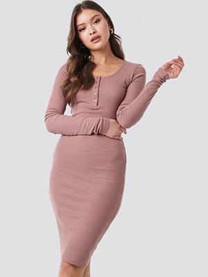NA-KD Ribbed Henley Dress rosa