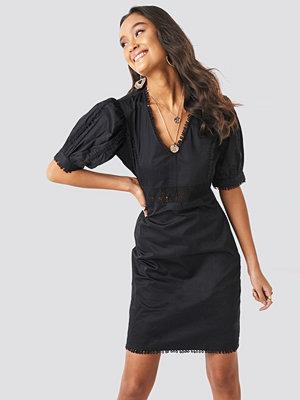 NA-KD Boho V-Neck Crochet Detail Dress svart