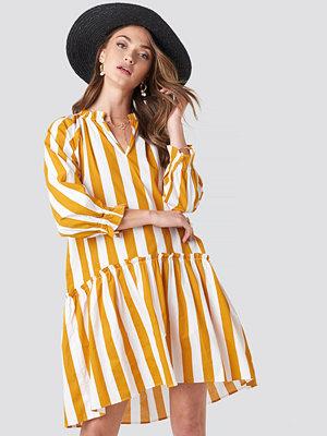 NA-KD Boho Frill Neck Striped Midi Dress vit gul