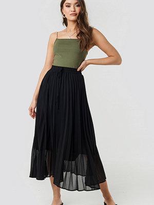 NA-KD Trend Drawcord Pleated Midi Skirt svart