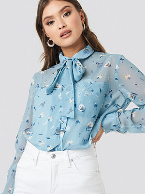 NA-KD Floral Print Sheer Pussy Bow Blouse blå