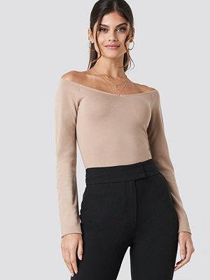Paola Maria x NA-KD Off Shoulder V Detail Jersey beige