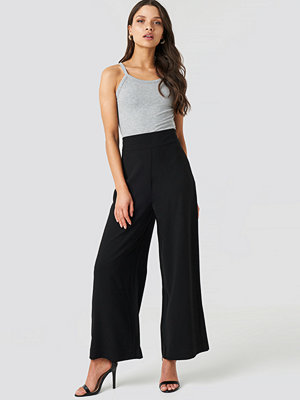NA-KD Trend svarta byxor High Waist Wide Cropped Pants svart
