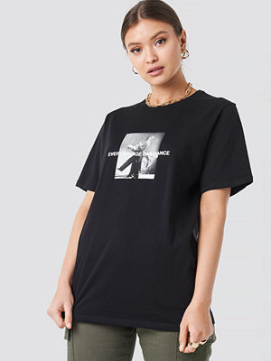 """T-shirts - Josefine Simone x NA-KD """"Savage"""" Oversized T-shirt svart"""