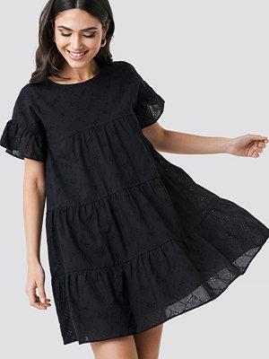 NA-KD Boho Broiderie Anglais Mini Dress svart