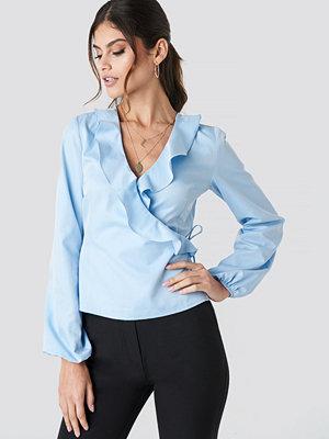 Paola Maria x NA-KD Frilled Neck Wrap Blouse blå