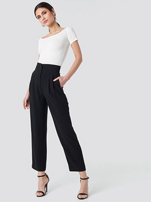 NA-KD Trend svarta byxor Pleat Detail High Waist Pants svart