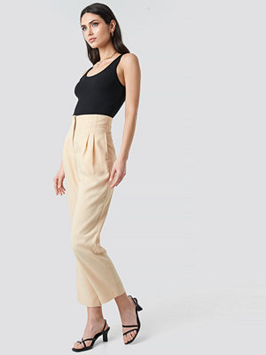 NA-KD Trend omönstrade byxor Pleat Detail High Waist Pants beige