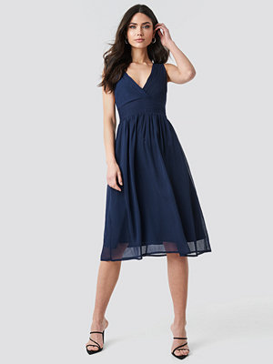 NA-KD Party Draped Waist V-Neck Chiffon Dress blå
