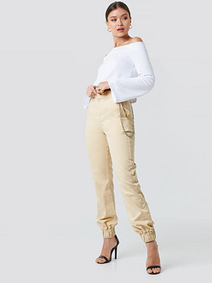 Josefine Simone x NA-KD omönstrade byxor Side Chain High Waist Chino Joggers beige