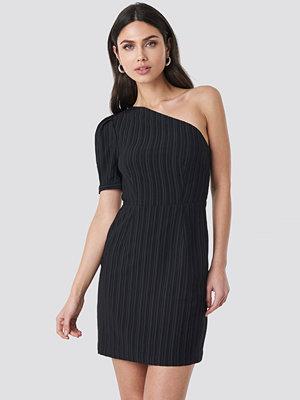 NA-KD Party One Shoulder Puff Sleeve Mini Dress svart