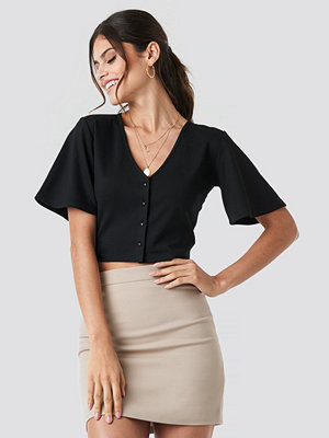 Paola Maria x NA-KD Buttoned Crop T-shirt svart