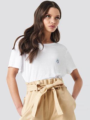 NA-KD Floral Motif Deep Back T-shirt vit