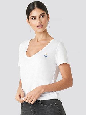 T-shirts - NA-KD Floral Motif V Neck T-shirt vit