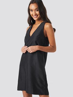 NA-KD Party Straight V-Neck Mini Dress svart