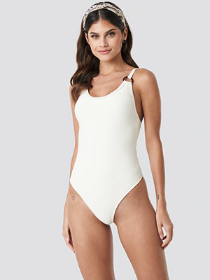 NA-KD Swimwear Ribbed O-ring Swimsuit vit