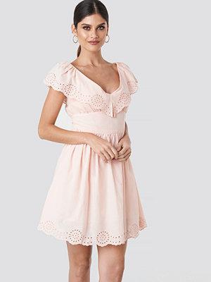 NA-KD Boho Broiderie Anglais Ruffle Dress rosa