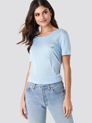 NA-KD Floral Motif Deep Back T-shirt blå
