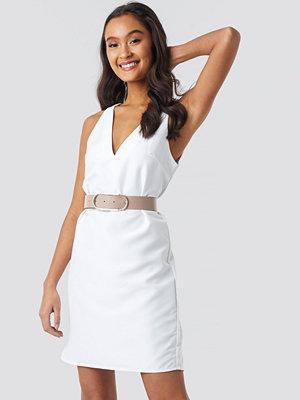 NA-KD Party Straight V-Neck Mini Dress vit