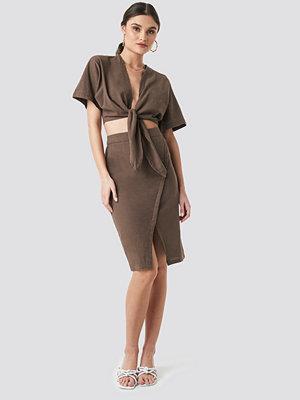 NA-KD Trend Overlap Linen Look Skirt brun