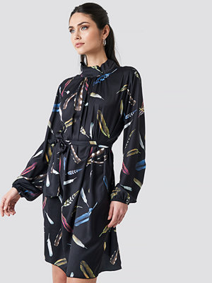 NA-KD Trend Balloon Sleeve Tied Waist Printed Dress svart
