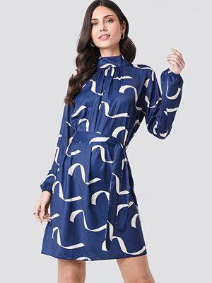 NA-KD Balloon Sleeve Tied Waist Printed Dress blå