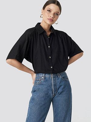 NA-KD Short Sleeve Shirt svart