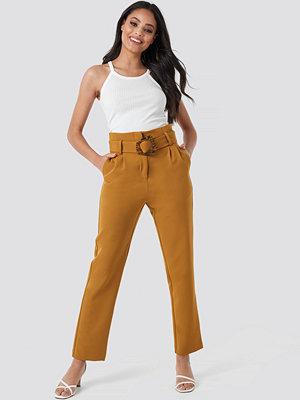 NA-KD Classic omönstrade byxor High Waist Asymmetric Belted Pants brun