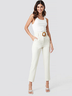 NA-KD Classic vita byxor High Waist Asymmetric Belted Pants vit
