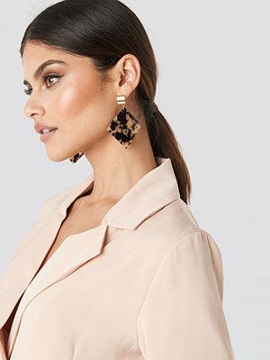 NA-KD Accessories smycke Rhombus Resin Drop Earrings brun beige