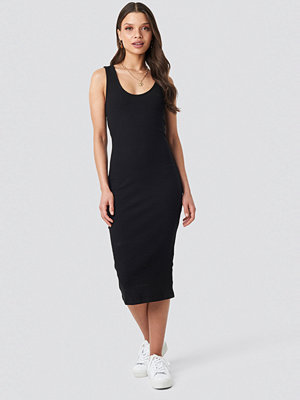 Schanna x NA-KD Ribbed Midi Dress svart