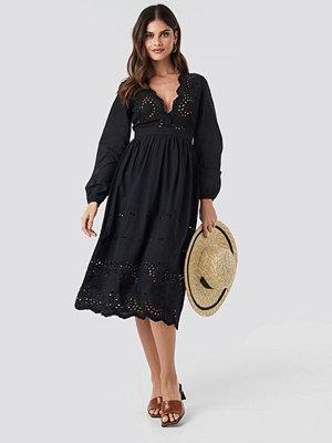NA-KD Boho Scalloped Front Crochet Detail Dress svart