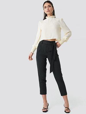 NA-KD svarta randiga byxor Striped Tied Waist Pants svart