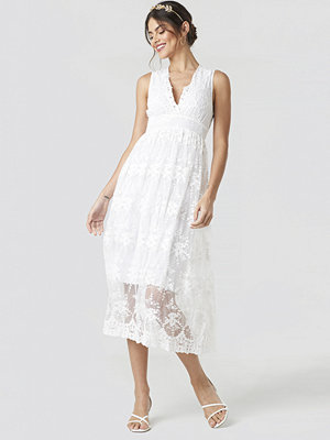 NA-KD Party Deep V-Neck Delicate Lace Dress vit