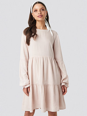 Schanna x NA-KD Basic Loose Fit Dress rosa