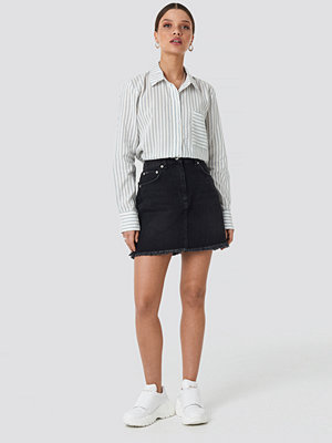 NA-KD High Waist Raw Hem Denim Skirt svart