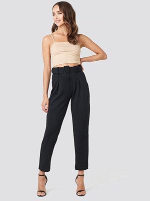 Trendyol svarta byxor Carmen Cropped Pants svart