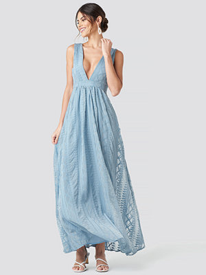 NA-KD Party V-neck Embroidery Maxi Dress blå