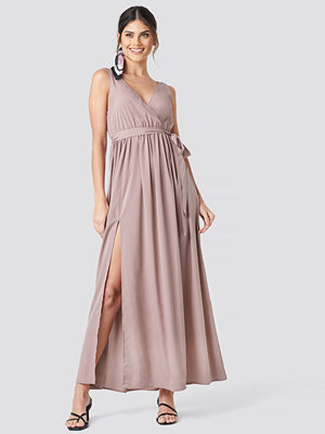 NA-KD Party Tie Waist Slit Maxi Dress rosa