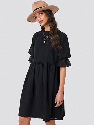 Schanna x NA-KD Chiffon Mini Dress svart