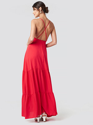 NA-KD Party Cross Back Flowy Maxi Dress röd