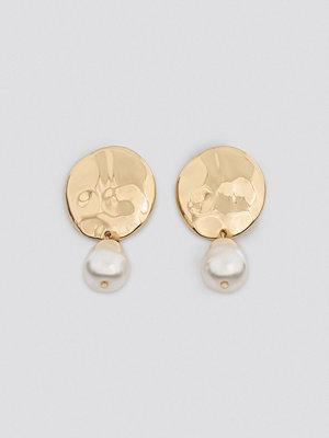 NA-KD Accessories smycke Big Pearl Hammered Plate Earrings guld