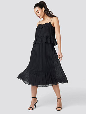 Trendyol Pleat Detail Midi Dress svart
