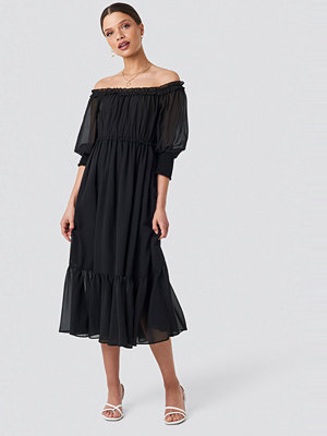 Schanna x NA-KD Off Shoulder Chiffon Midi Dress svart