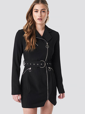 Donnaromina x NA-KD Belted Zip Detail Blazer Dress svart