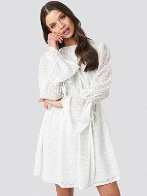 Schanna x NA-KD Bell Sleeve Flowy Mini Dress vit