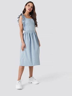NA-KD Ruffle Denim Pinafore Dress blå