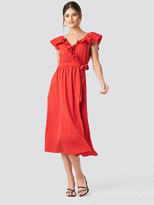 NA-KD Party High Slit Frill Midi Dress röd
