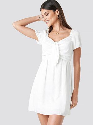 Milena Karl x NA-KD Knot Mini Dress vit